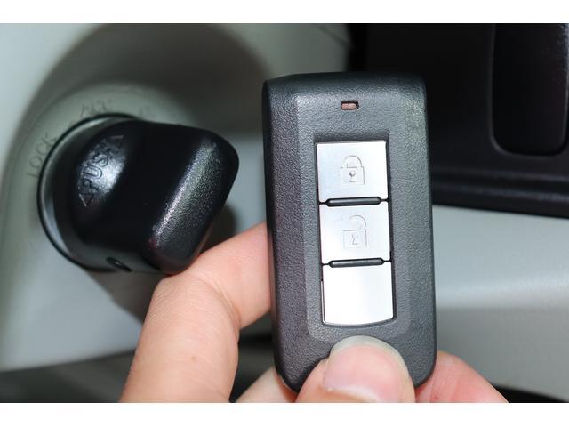 ★スマートキーを持っていれば、リクエストスイッチを押すだけでドアやバックドアの開錠・施錠が行えます。キーを出す必要がなく、重い荷物を持ったまま、バックやポケットの中のカギを探す事はもうありません♪