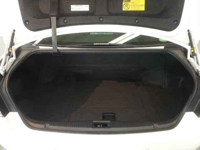 ゴルフバッグ等の大切な荷物に当たらない様、トランクアームをボディ側に収納します。