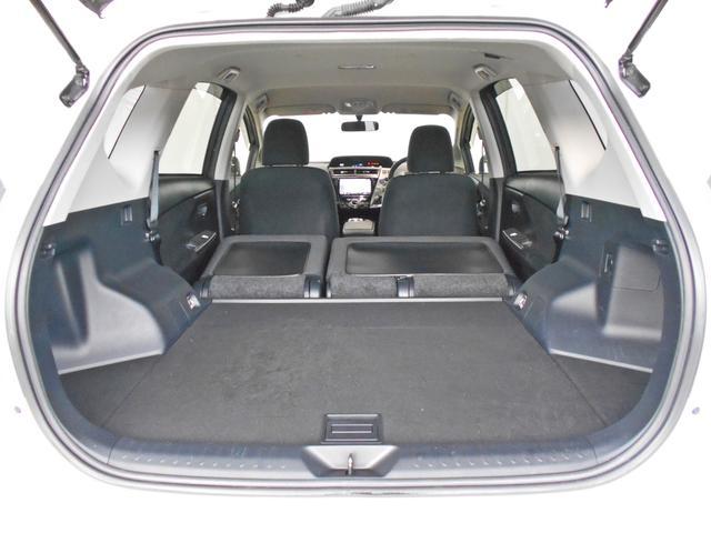 リヤシートを前倒しすれば、ラゲージスペースがさらに拡大。ほらこの通り!荷物も結構載せられますよ!