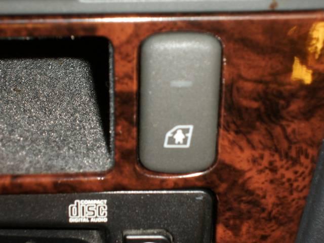 このボタンで後席のドアが中から開けられないようにできます・お子様の事故防止に大活躍です