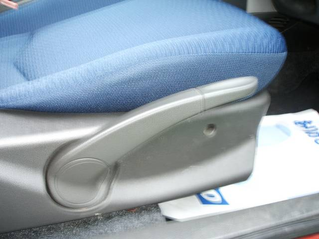 シートサイドに座席の高さ調整をすることができるレバーが付いています