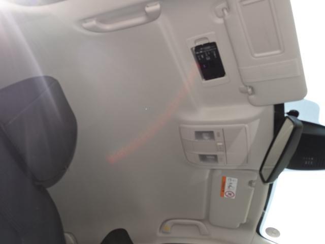 ETC車載機は専用ボックスにてバイザー裏に隠れて装着されております。トップシーリング(天井)の状態もご覧ください。きれいな状態となっております。