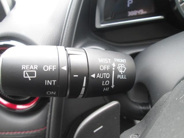 フロントガラスに雨を感知すると自動でワイパーが動き出すレインセンサーワイパー搭載★感度調整が行えます★
