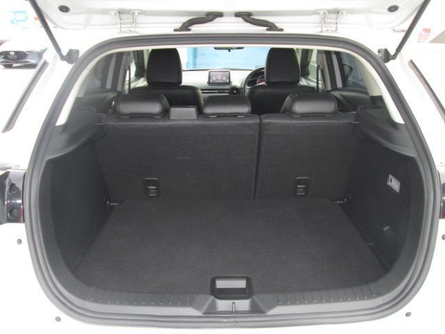 大型のスーツケースや、一般的なベビーカーが積み込める実用的な広さを備えたラゲッジルームです。後部座席を倒せばたくさんの荷物を積めるフラットなラゲッジスペースになります◎