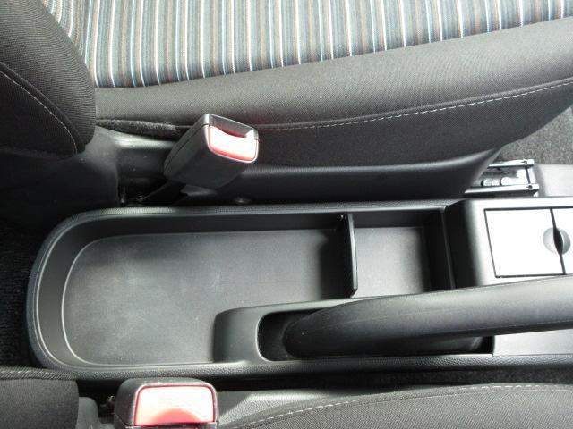 運転席と助手席の間に物置スペースがございます♪
