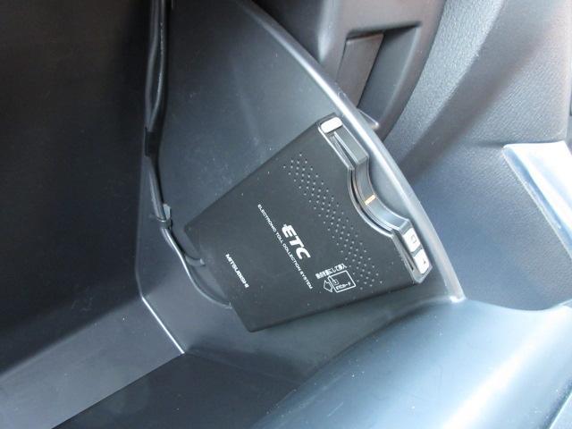 余計な操作の手間が無いフルオートエアコン。デュアルエアコンは左右別々の温度設定ができますので、より車内も快適に過ごせます♪