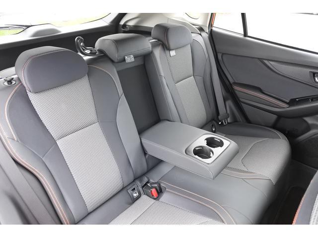 リヤシートのセンターには肘掛けあり。肘掛けにはドリンクホルダー付きです