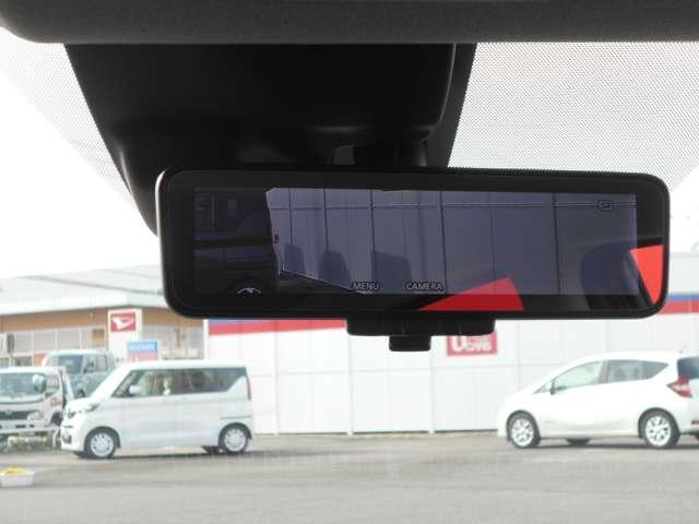 スマートルームミラーは雨の日などで後方確認がしずらい時に後方に向いているカメラでルームミラーに映しだして安全を確保できます