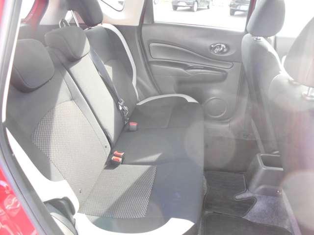 後部座席の足元はとても広く高級セダン並みの広さを確保、背の高い方が乗車しても前の席に膝が当たる心配も少ないです