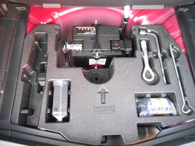 ラゲッジスペースの床下には、万が一のパンク時にも安心の修理キット、バッテリーも搭載されております。