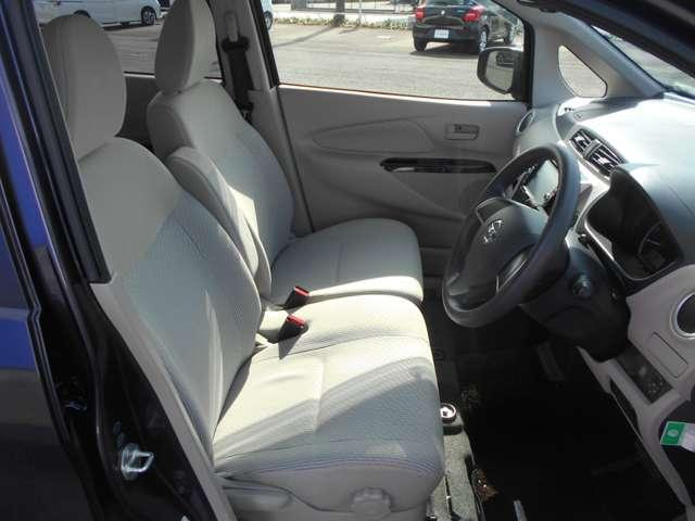ベンチシートは足元もデッパリもなくスッキリして楽な姿勢での運転を可能にしてくれます
