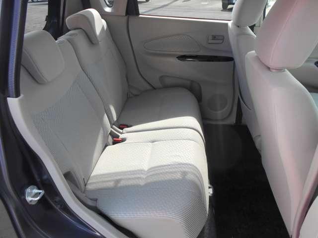 リアシートは足元広くゆったり座れ、快適ドライブが楽しめます。