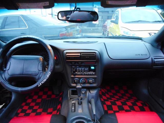 Chevroletステアリングカバーも装着され、レッド&ブラックのカマロ専用シートカバー&同色カラーのグランプリチェック新品マットもかなり決まってます!外装はもちろんの事、内装もとてもキレイなんです!