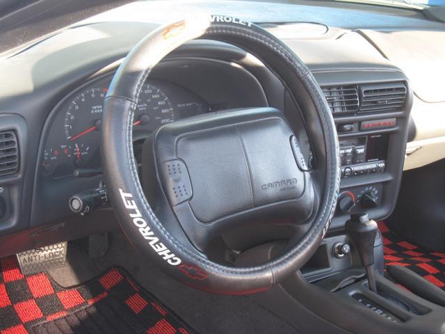 もちろん、程度の良い純正ステアリングに、Chevrolet専用ステアリングカバーが、装着されて居り、見た目も外装のカスタマイズ仕様に、合わせたコンセプトにより、アメリカンスタイルを演出して居ります!!
