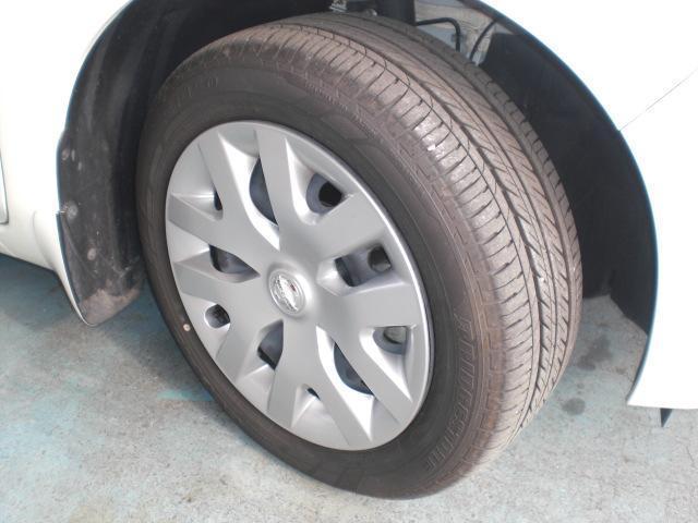 スタイリッシュな16インチホイールカバーと、走破性の良い扁平タイヤ。省エネルギーに貢献するエコタイヤを採用しています