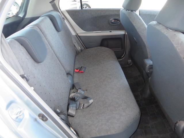 リヤシートの足元空間も広く、リラックスしてドライブが楽しめます。