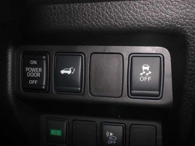 インテリジェントキーを携帯していれば、両手が荷物でふさがっていてもバックドアが開くハンズフリー機能を搭載したオートバックドア装備