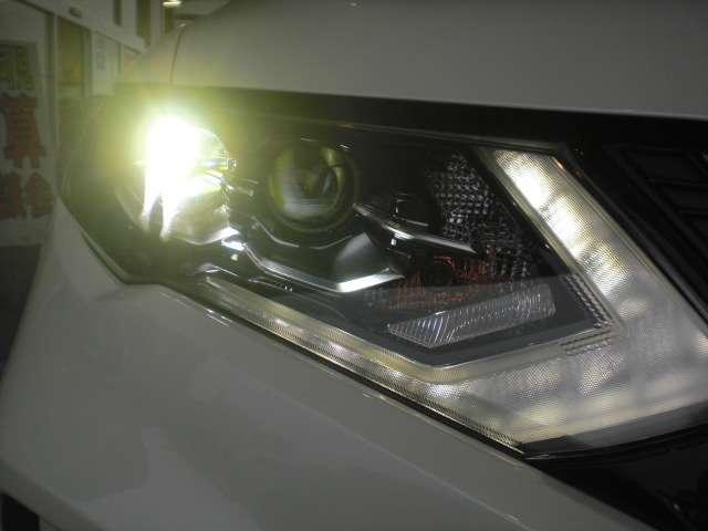 LEDヘッドライトは省電力ですが、純白光で驚くほど明るく夜道を照らしてくれます。さらに解錠操作に応じてLEDポジションライトを点灯させるフレンドリーライト機能を装備