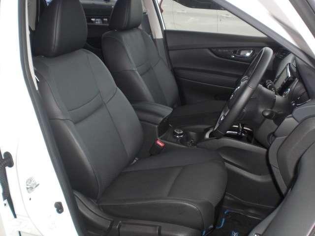 快適に運転できるドライブポジション!運転席シートリフターとシートスライドで、無理のない運転姿勢がとれます。もちろん防水加工済みで濡れたままでも大丈夫