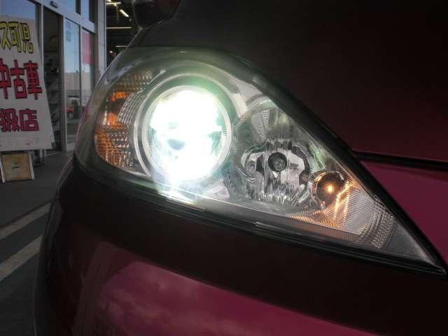 夜の運転をサポートするディスチャージヘッドライト。