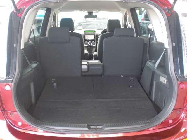 サードシートを倒せば大きな荷物も収納できます。