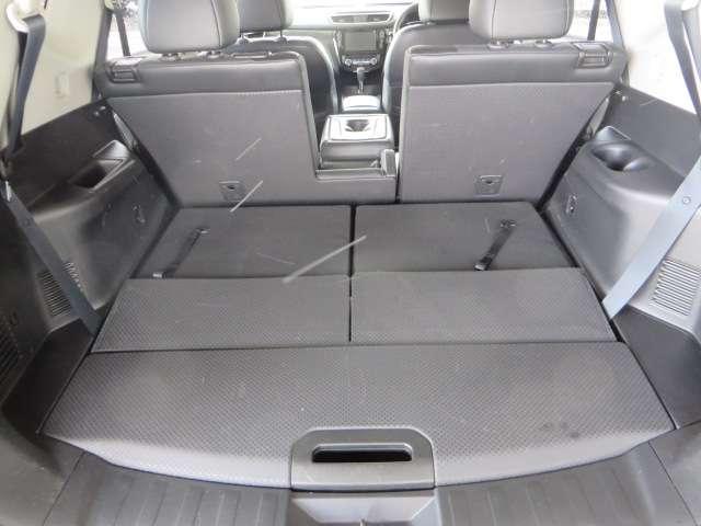 サードシートをたたむと広いラゲッジスペースになります