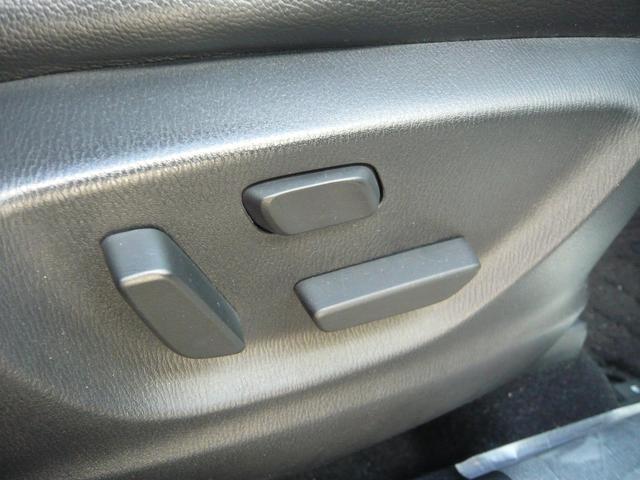 電動シートで運転しやすい位置に操作可能!