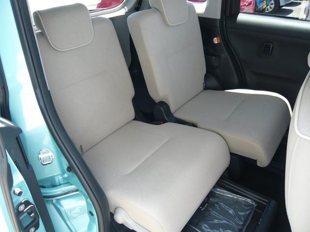 後部座席の下には収納スペース付き!荷物もスッキリする使い勝手の良いお車です。さrに左右独立スライド&リクライニングでゆったり。