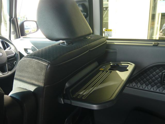 オプション☆コンフォータブルパッケージ!ならではの格納式シートバックテーブル装備です。小さなお子様のお飲み物、軽食などがセットできてとっても便利