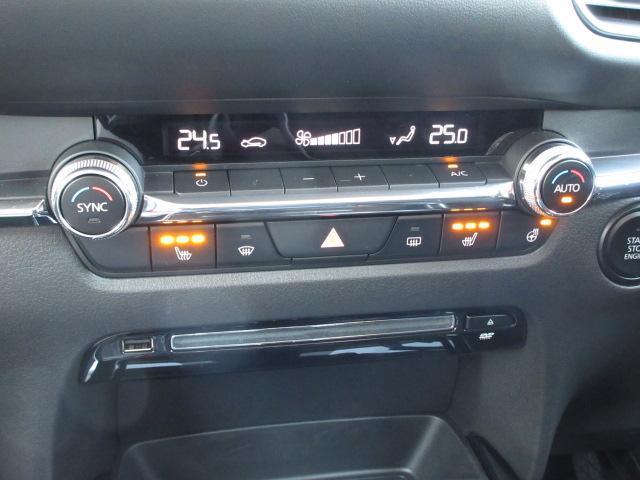 余計な操作の手間が無いデュアルモード付フルオートエアコン。運転席・助手席別々の温度設定が出来ます。運転席・助手席にはシートヒーターやステアリングヒーターが装備。