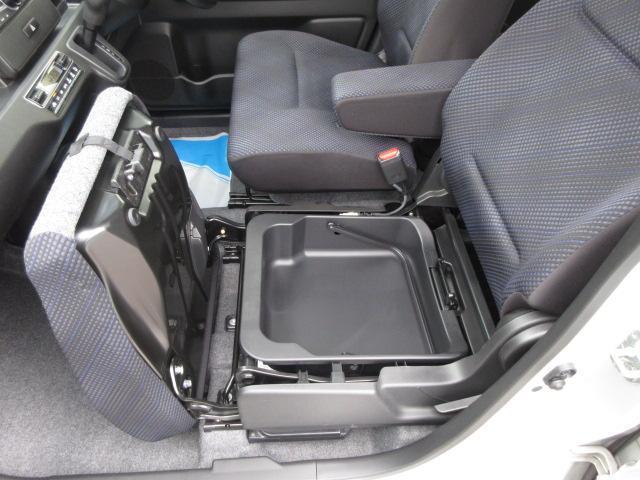 助手席シートアンダーBOX。外部から見えないので一時的に大事なものが収納できます。