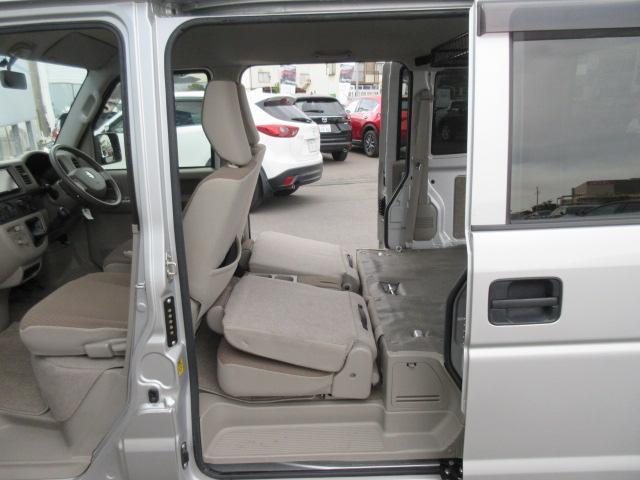 乗り降りのしやすい乗降ステップ、リヤシートはこの様に収納できます
