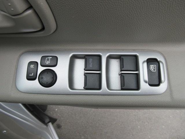 運転席右の肘掛部分に使いやすくスイッチ類を集中して設置しています