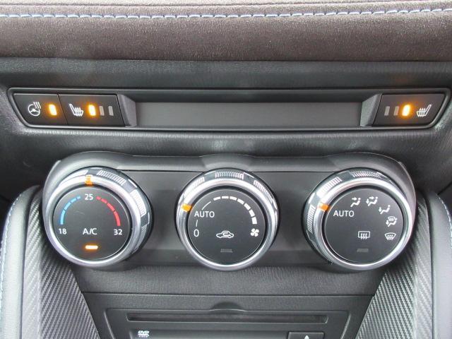 余計な操作の手間が無いフルオートエアコン。上部はシートヒーターとハンドルヒーターの操作スイッチ