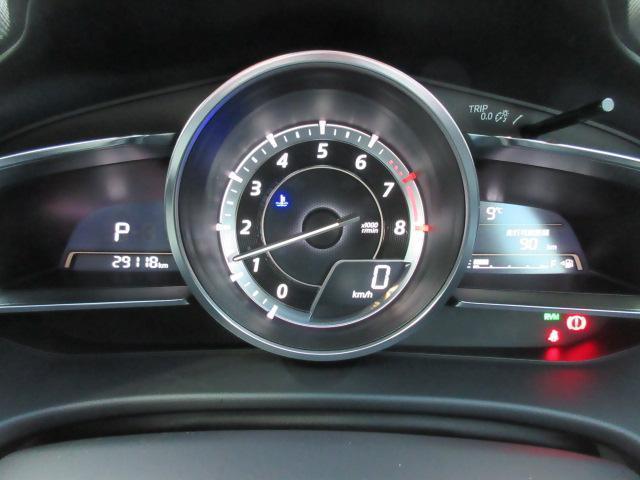 中央にタコメーターを配したスポーティな計器類。スピードメーターは下に小さくデジタル表示されますが、これには理由があります。