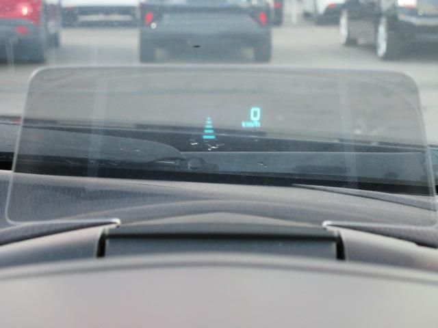 メーターフード上に鎮座したアクティブドライビングディスプレイ。ここに速度と車間距離設定などが表示されます。視線の移動を減らすための装備です。