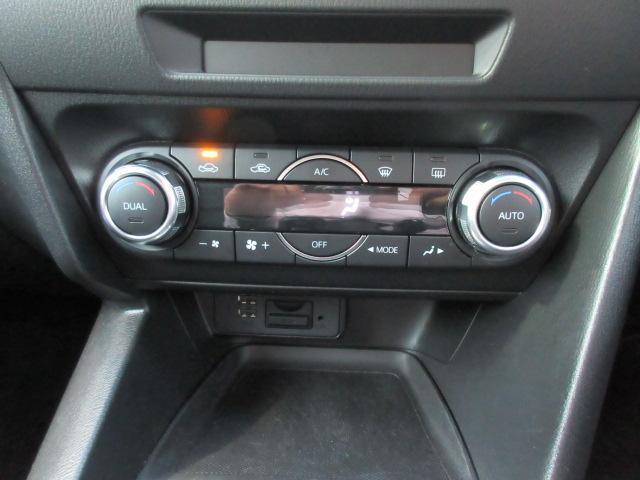 エアコンはフルオート。車両によってはここにCD/DVDデッキが付くのですがこの車には装備がありません。同時にTVチューナーもありませんのでご注意ください。USB端子やブルートゥースなどは標準です。