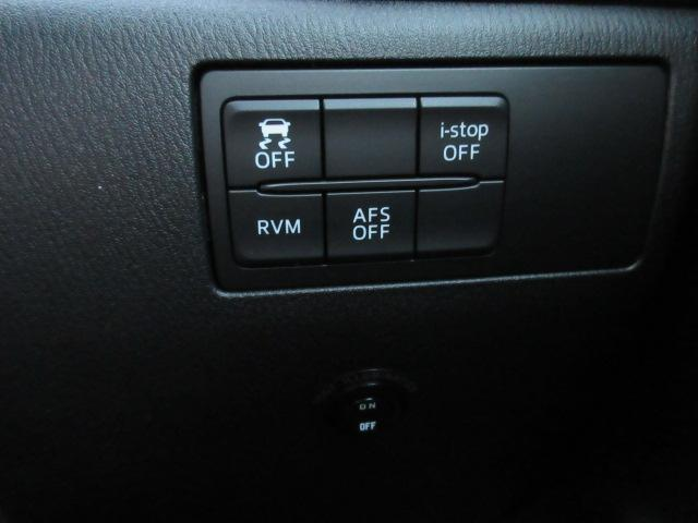 斜め後方の監視や横滑り防止装置、アイドリングストップなどはオンオフ可能。運転席右下のスイッチで行います。普段触ることのない部分ですね。