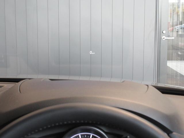 メーターフードの上部にはアクティブドライビングディスプレイを装備しています。前方より視線をはずすことなく、情報を確認することができるアイテムです。
