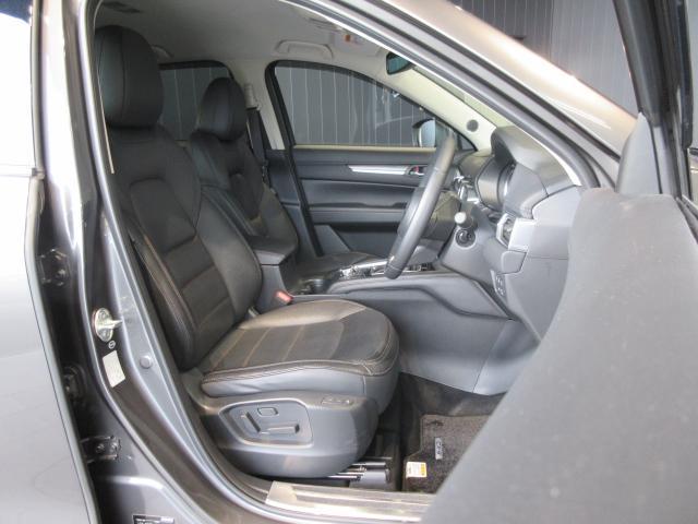 厚みある座面、心地よいホールド感によって、SUVに相応しい力強さと安定感あるシートになっております!