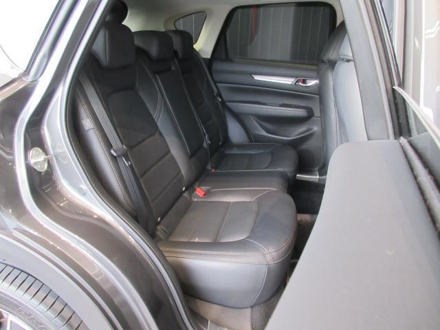 後席はシートの傾きを先代から2°拡大し、さらにもう4°リクライニングを可能にし、長時間のドライブでも疲れにくく進化しました