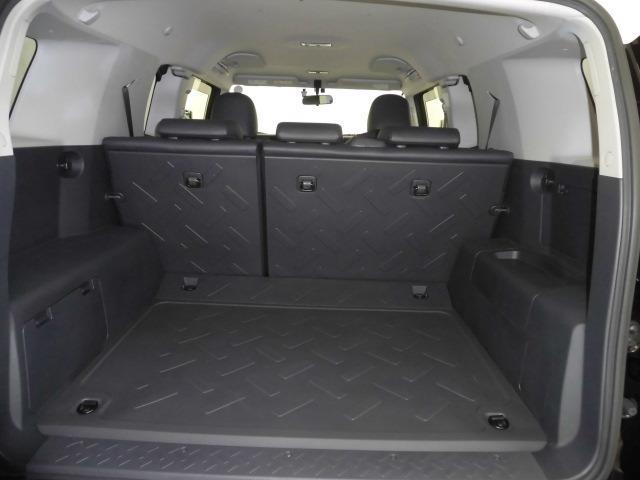 プライバシーガラスです。車内のプライバシーが確保されます。また夏には冷房の効果担保にも役立ちます。