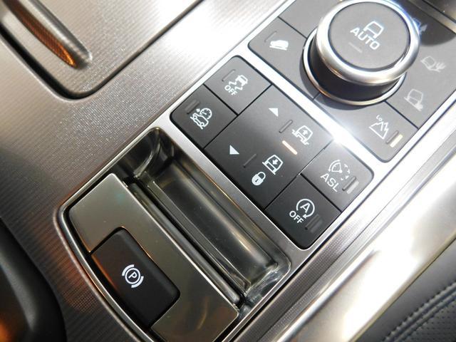 その手前にあるのがエアサスペンションのコントロールスイッチ。オフロードへ乗り入れる際に車高を高くしたり、乗り降りの際に低くしたりする時に使用します。