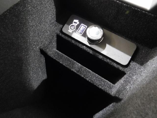 ・・・USBコネクタ1基と、外部オーディオ入力、12V電源ソケットを内蔵。
