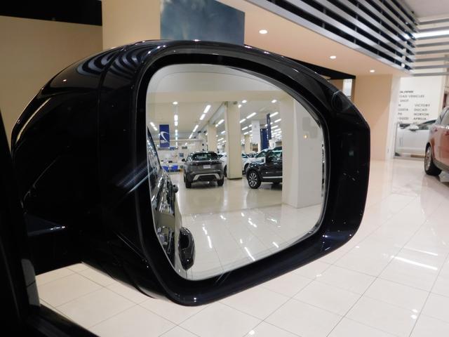 【ブラインドスポットモニター】は、ドライバーが確認しづらい死角に他の車が入ると、ドアミラーのライトが点滅して警告します。