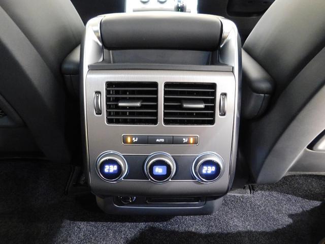 3ゾーン・フルオートエアコンを標準装備。後席用のエアコン吹出口が装備されて、温度などを設定可能です。夏場に必要な冷風も、しっかりと後席へ送られます。