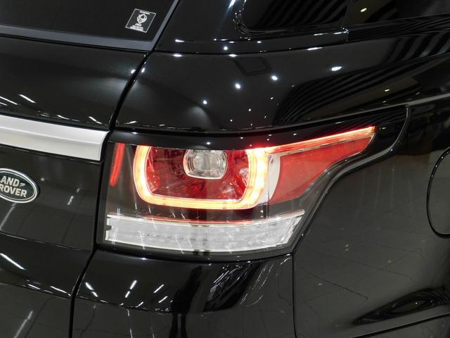フルLEDのテールランプ。レンジローバーが縦長のデザインに対して、コンパクトな角型のライトデザインです。。