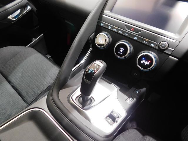 ガングリップ型のシフトノブ。トリガーを絞りながら前後にティップすることでR-N-Dを切り替えます。Pはレバートップのボタン。Sモードやマニュアルモード等、スポーツ走行を意識した作りです。9速ATを採用