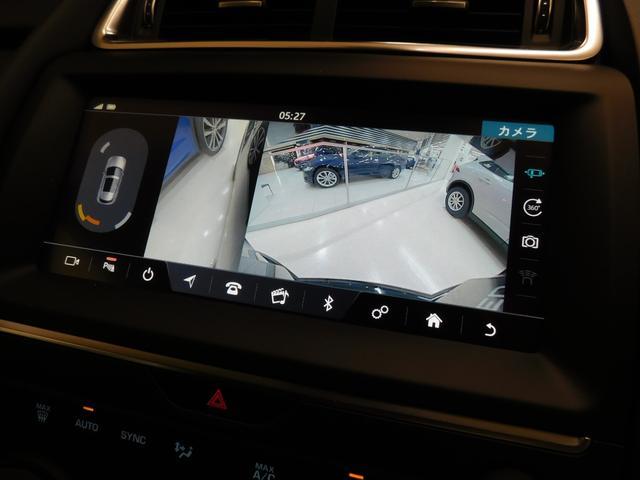 バックカメラの映像。もちろん、ガイドラインが表示されます。画面の左側にはパーキングセンサーのグラフィックも表示されます。