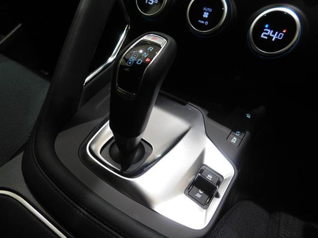 ガングリップ型のシフトノブ。 右側には4つの走行モードを切り替えるレバーが設置されています。 状況に合わせ「コンフォート」 「ダイナミック」 「エコ」 「アイス&スノー」 を使い分けることが可能です。